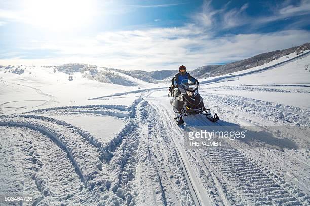 dirigindo um snowmobile - snowmobiling - fotografias e filmes do acervo