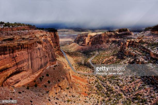 driving along the historic rim rock drive at the higher elevations of the colorado national monument.the view of the valley below with grand junction in the distance. - grand junction stock-fotos und bilder