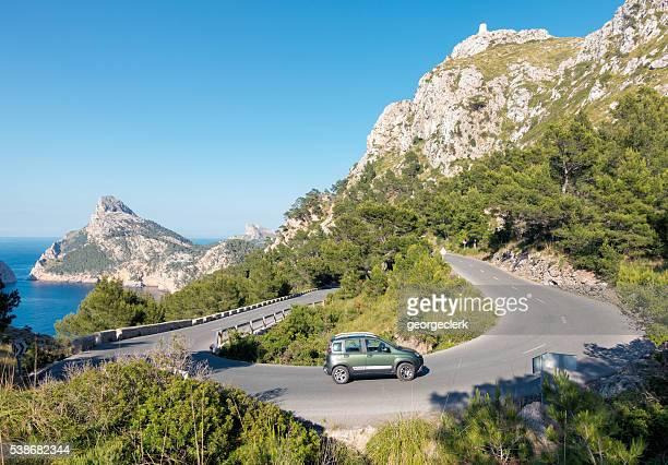 Conducir un una curva muy cerrada en la península Formentor, Mallor