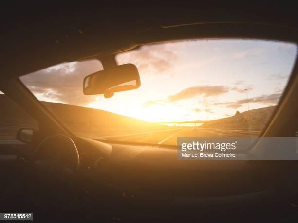 driving at sunset - aluguel de carro - fotografias e filmes do acervo