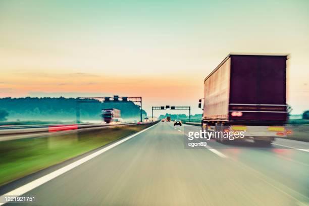 voiture de conduite sur la route d'autoroute - serbie photos et images de collection