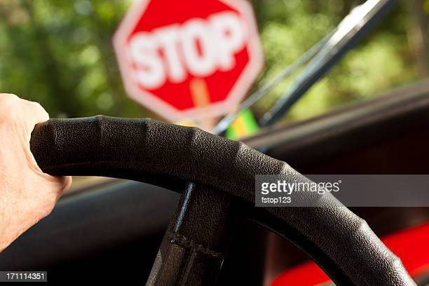 Motor car interrumpió en construcción o de escuela cruce la señal de pare (stop).