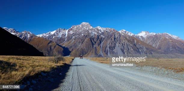 conducir por la carretera de valle de tasman, nueva zelanda - mackenzie country fotografías e imágenes de stock