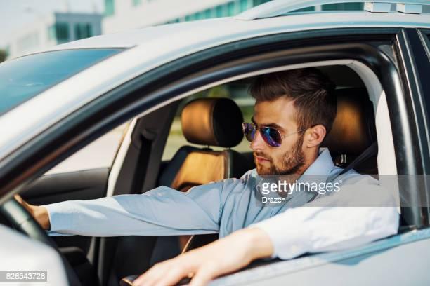 Volant de voiture rapide à travers la ville
