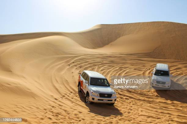 4x4 driving in dubaï desert - rally car racing stock pictures, royalty-free photos & images