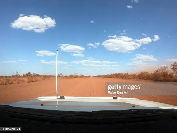 pov driving in karijini pilbara western australia - rafael ben ari - fotografias e filmes do acervo