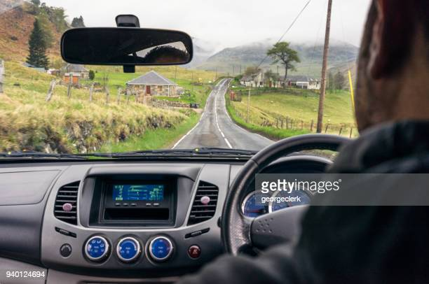 conducción en las tierras altas escocesas - cultura británica fotografías e imágenes de stock