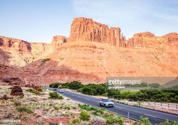 conduite dans des paysages de l'utah - ford mustang photos et images de collection
