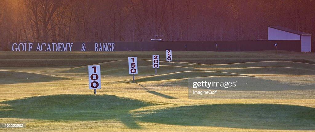 ゴルフ練習場ヤードの標識 : ストックフォト