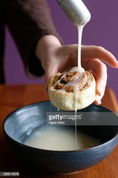 drizzle icing on cinnamon bun - ingrid held photos et images de collection