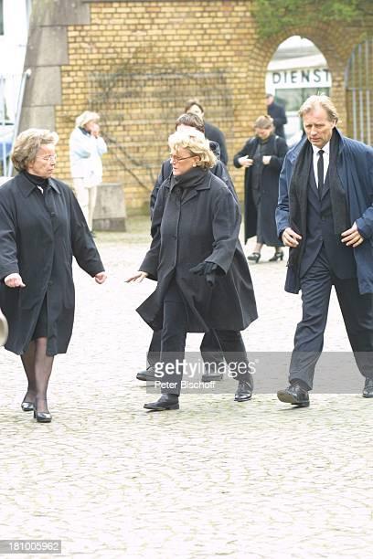 """Dr.Katarina Eisenlohr , Namen auf Wunsch, Beerdigung von Mutter Gerda Millowitsch, nach Trauerfeier, Köln, , Friedhof """"Melaten"""", Trauernde,..."""