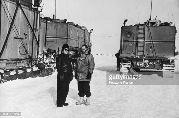 A droite le Dr Dumey chef du campement américain AmundsenScott à gauche Draljune chef de l'expédition soviétique en Antarctique le 9 avril 1960
