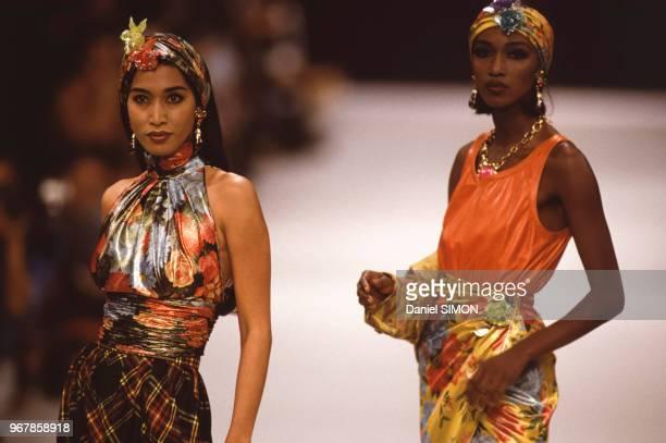 A droite le top model Katoucha dans le défilé du couturier Emanuel Ungaro en octobre 1990 à Paris France
