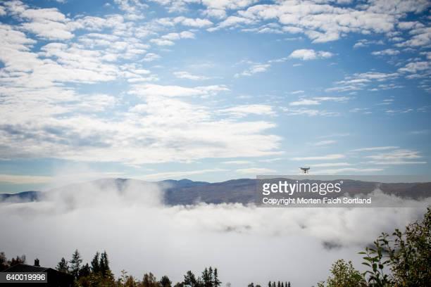 drone above the fog - verwaltungsbezirk buskerud stock-fotos und bilder