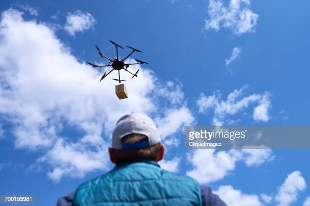 drone delivering system - cliqueimages stockfoto's en -beelden