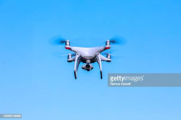 En drönare som flyger på en blå himmel
