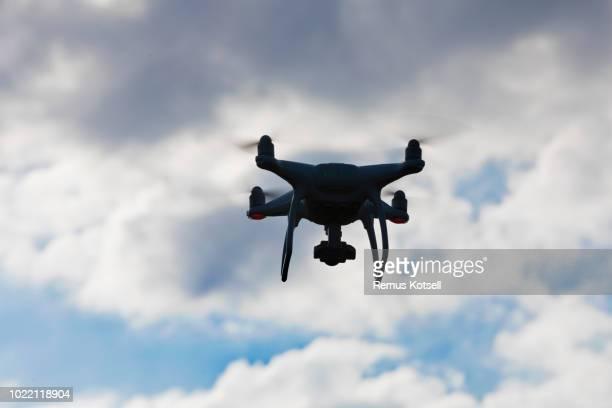 En drönare som flyger på en dramatisk himmel