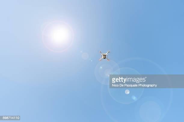 drone flying - blue film video stock-fotos und bilder