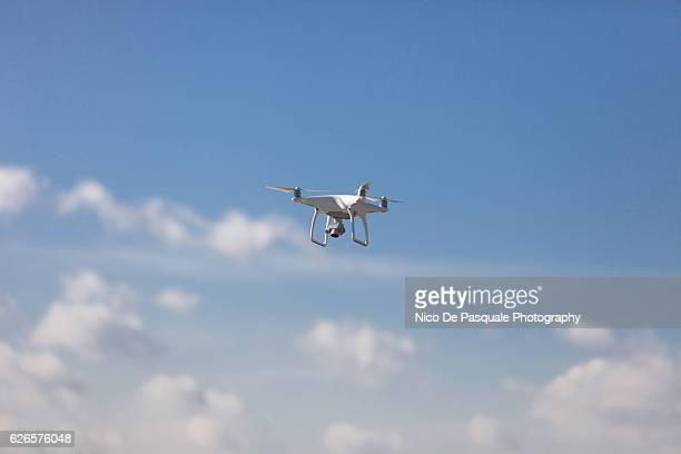 drone flying - drohne stock-fotos und bilder