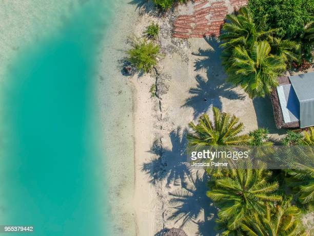 drone image of inano beach on the island of aitutaki in the cook islands - isole cook foto e immagini stock