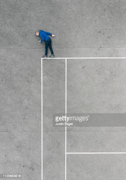 drone photo of man looking over the edge - sul bordo foto e immagini stock