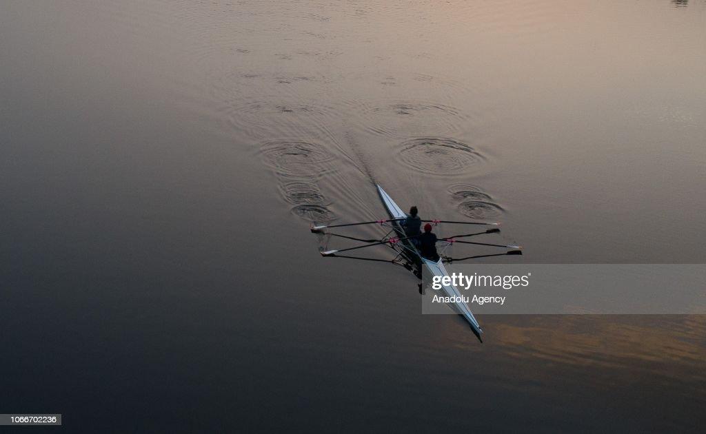 Canoeists train at Lake Eymir in Ankara : ニュース写真