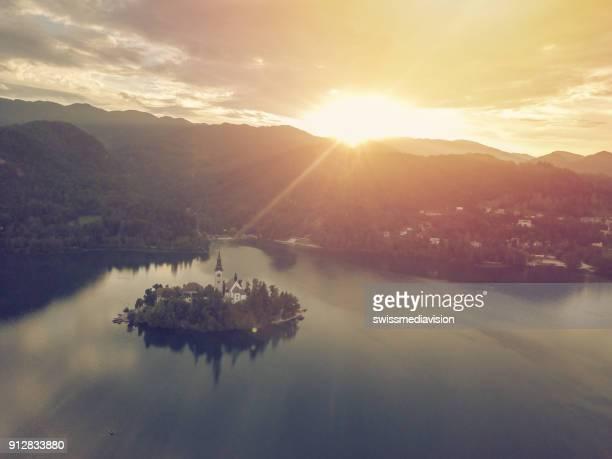 drone oogpunt van bled lake eiland en village, slovenië - balkan stockfoto's en -beelden