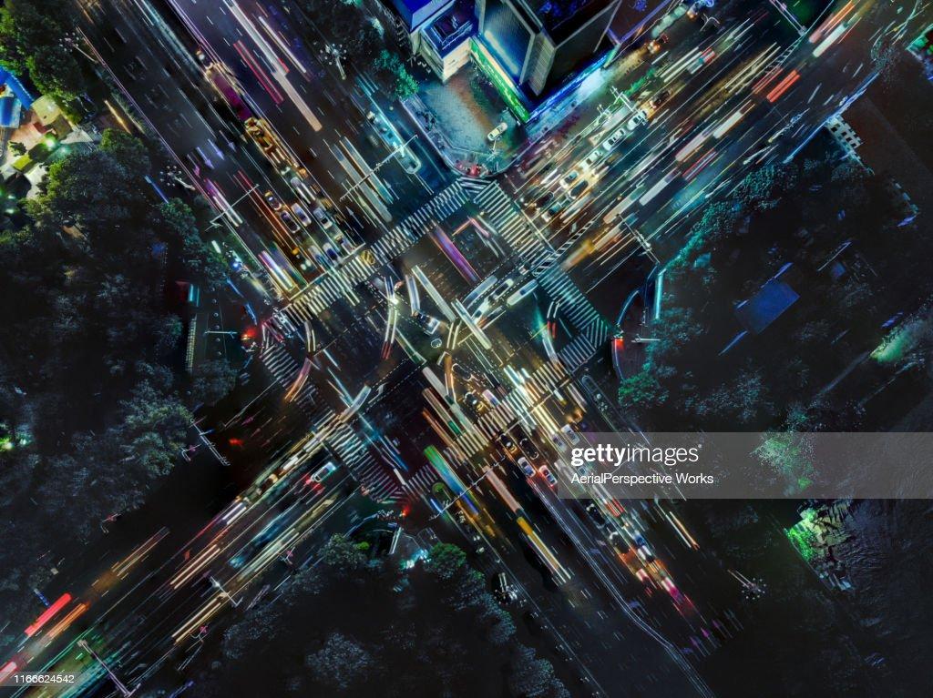 Drone Point View van City Street Crossing tijdens het spitsuur : Stockfoto