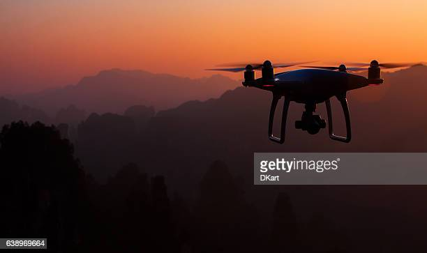 drone quadcopter dji phantom 4 - drone photos et images de collection