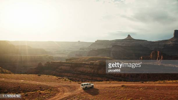 drone view: car at the shafer trail canyonlands - nature reserve stock pictures, royalty-free photos & images