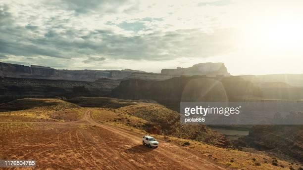 ドローンビュー:シェーファートレイルキャニオンランズの車 - 台地 ストックフォトと画像