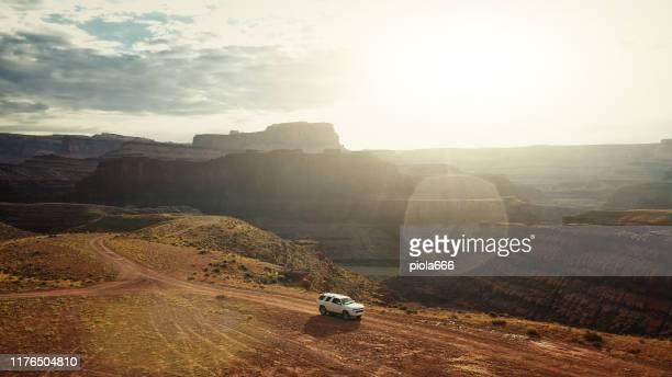 opinião do zangão: carro na fuga canyonlands de shafer - planalto - fotografias e filmes do acervo