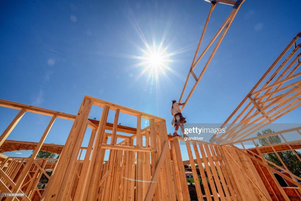 De mening van de drone van een huis dat door timmerlieden wordt ontworpen : Stockfoto