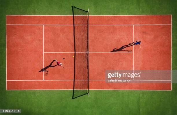 vista drone della partita di tennis dall'alto con l'ombra del giocatore - tennis foto e immagini stock