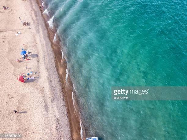ヒューロン湖の美しい青い水と砂浜のドローンビュー - ポートヒューロン ストックフォトと画像