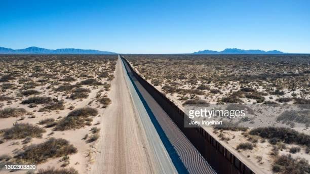 メキシコと米国の国境のドローンビュー - シウダッドフアレス ストックフォトと画像