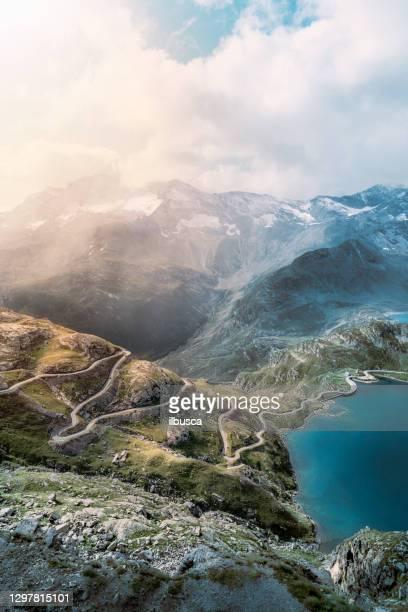 vista drone sulle alpi italiane - parco nazionale del gran paradiso foto e immagini stock