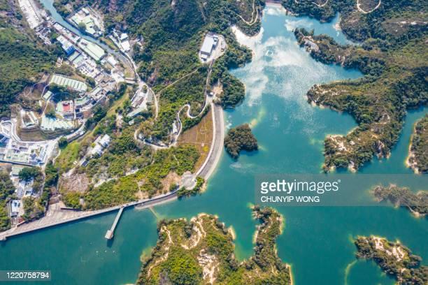 vista de drones sobre el embalse tai lam chung de hong kong - top fotografías e imágenes de stock