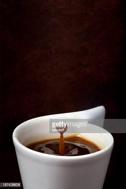 ドロップのミルク落ちるのコーヒーカップ
