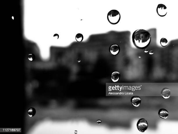 drops of water on the glass - bagnato photos et images de collection