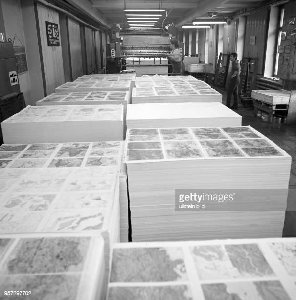 Druckbögen für Atlanten im Landkartenverlag VEB Hermann Haack GeographischKartographische Anstalt Gotha undatiertes Foto von 1981