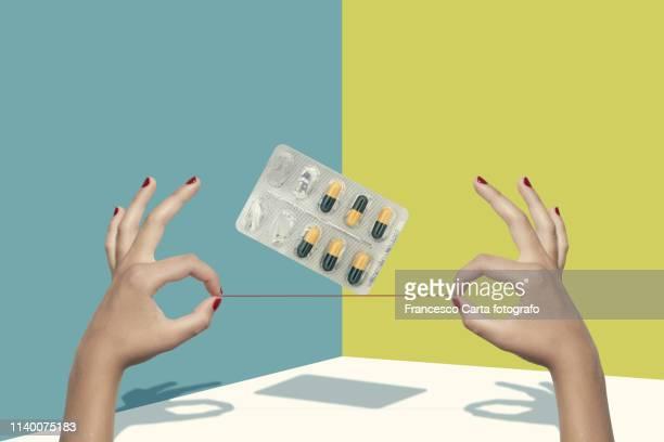 drug issue - suicidio pastillas fotografías e imágenes de stock