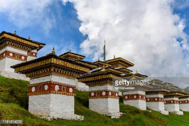 108 druk wangyal chortens along dochula pass, bhutan - dochula pass stock-fotos und bilder
