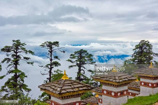 druk wangyal khang zhang chortens in dochula pass in the himalayas, bhutan - dochula pass stock-fotos und bilder