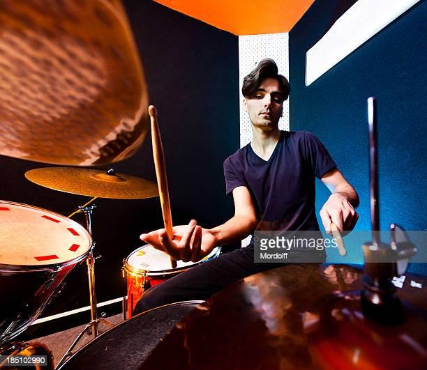 Músico tocando tambores. Fisheye vista