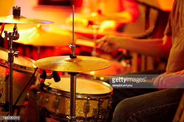 Schlagzeuger spielt Trommeln sideview