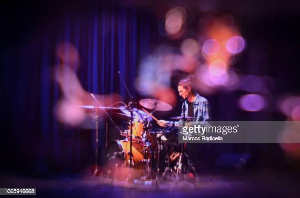 drummer playing on stage - bariloche fotografías e imágenes de stock