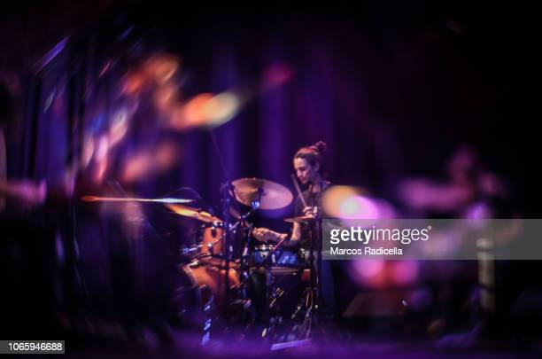 drummer playing on stage - radicella bildbanksfoton och bilder