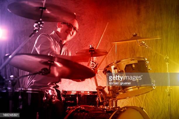 Schlagzeuger mit farbenfrohen Bühne Lichter