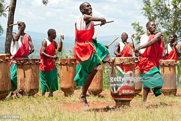tocadores de tambor e dançarinos de gitega no burundi, áfrica - cultura indígena - fotografias e filmes do acervo